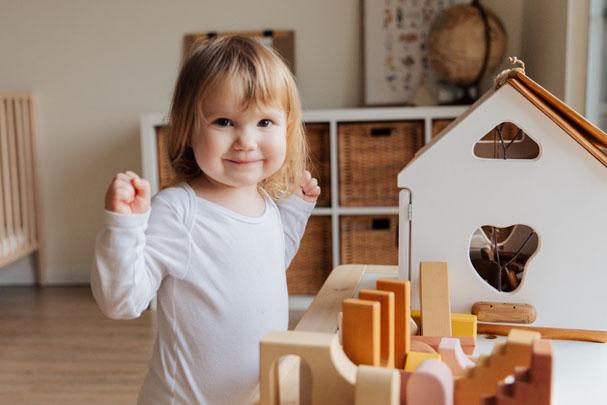 Devojčica se igra sa kockama