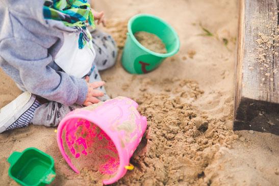 devojčica se igra u pesku